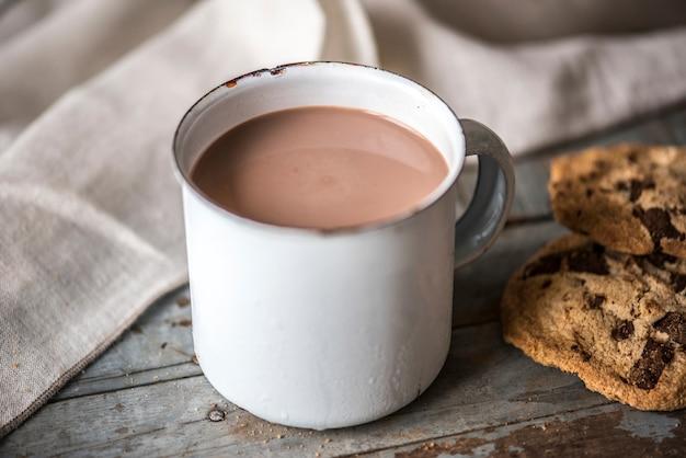 Chocolate caliente con galletas de chocolate.