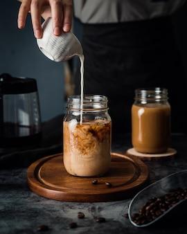 Chocolate caliente con leche en frascos de vidrio