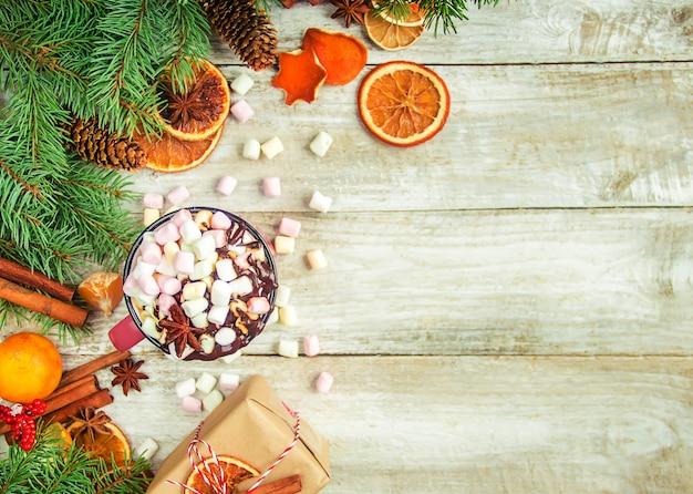 Chocolate caliente y malvavisco en el fondo de navidad