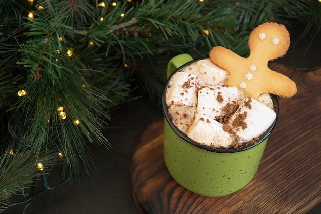 Chocolate caliente con malvavisco en una taza verde