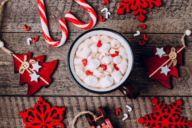 Chocolate caliente con malvaviscos y decoración navideña.