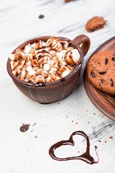 Chocolate caliente con malvaviscos y galletas de chocolate. amor. corazón. día de san valentín.