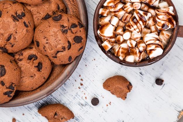 Chocolate caliente con malvaviscos y galletas de chocolate.