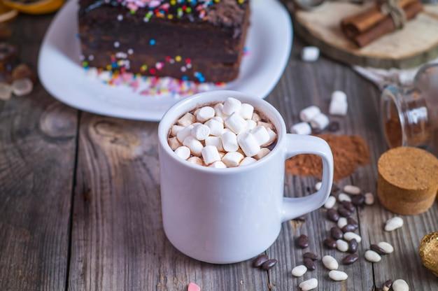 Chocolate caliente con malvaviscos en una taza blanca.