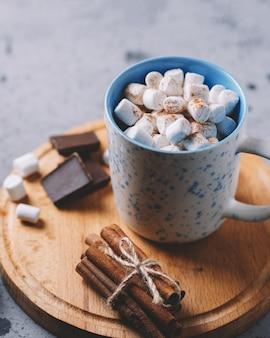 Chocolate caliente o cacao con malvaviscos en una taza