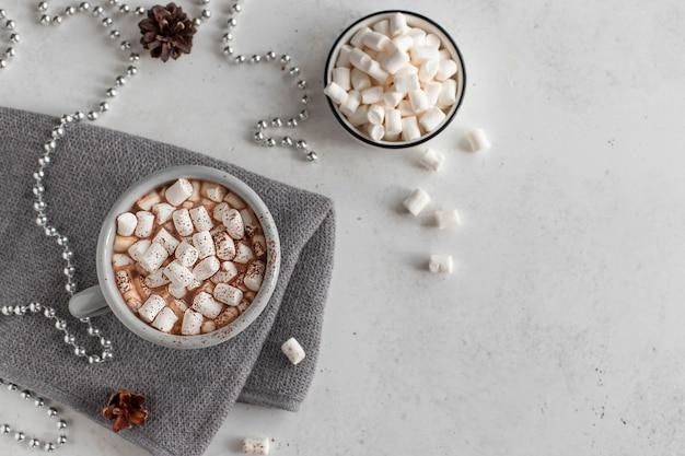 Chocolate caliente o café con malvaviscos bebidas de invierno concepto superficie blanca