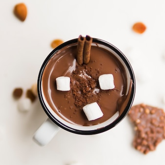 Chocolate caliente con túbulos y malvavisco.