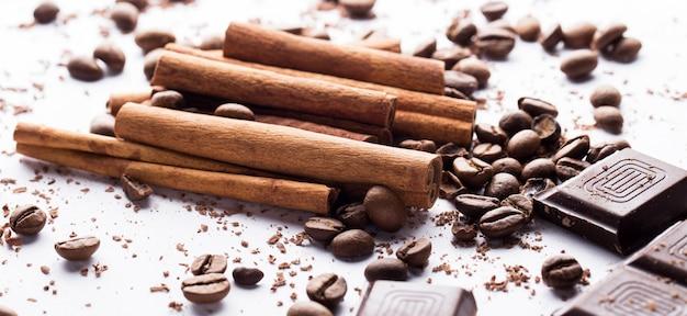 Chocolate con canela y granos de café.