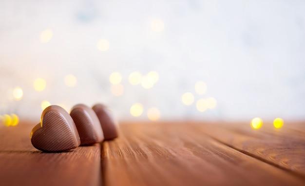 Chocolate con corazón en el día de san valentín y bokeh.