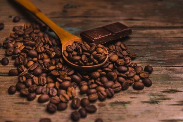 Chocolate y cuchara en granos de café