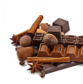 Chocolate y especias aisladas sobre fondo blanco.