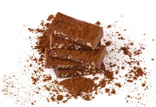Chocolate con fondo blanco aislado tuerca de cacao