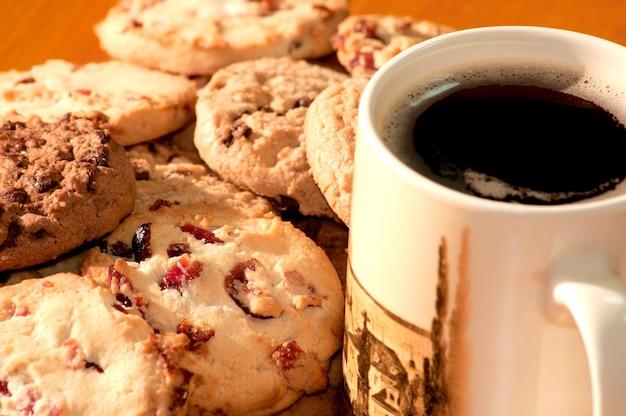 Chocolate y galletas de fresa con una taza de café