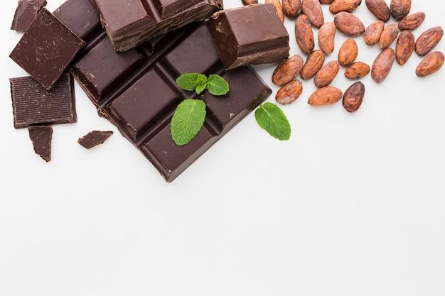 Chocolate y granos de cacao planos