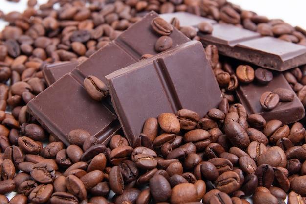 Chocolate con leche oscuro y granos de café