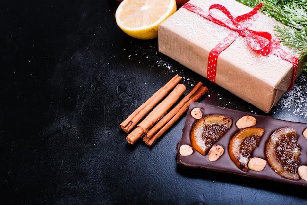 Chocolate, limón, granada y canela sobre negro