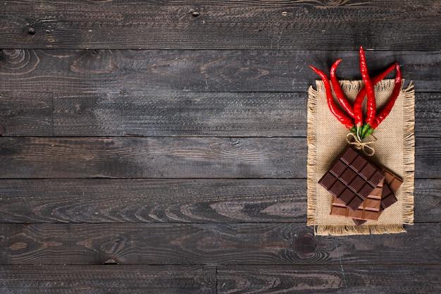 Chocolate negro y chocolate con leche con chiles rojos calientes espacio libre para texto