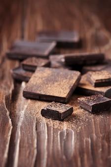 Chocolate negro en la mesa de madera