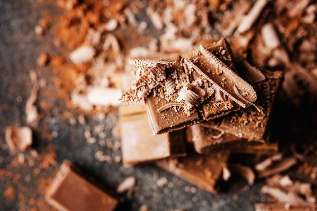 Chocolate negro en la superficie oscura