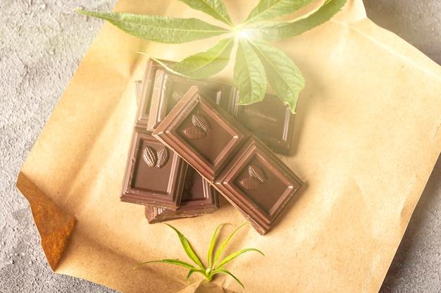 Chocolate negro vegano con hojas de cannabis. postre con mantequilla de cbd. marihuana medicinal en alimentos, veganos, concepto de suplementos.