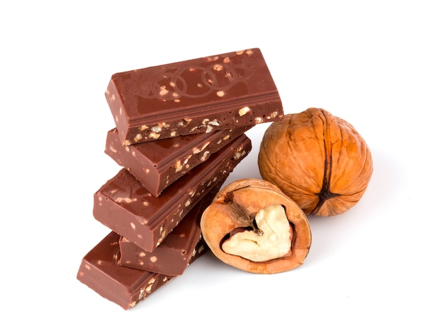 Chocolate con nueces aislado fondo blanco