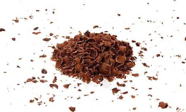Chocolate rallado pila de chocolate molido aislado, primer plano