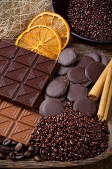 Chocolate con rodajas secas de rodajas de naranja y canela.
