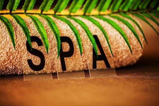 Chocolate spa, composición toalla marrón en la habitación del hotel de tratamiento de spa