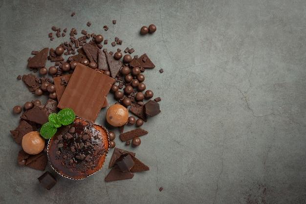 Chocolate en la superficie oscura. concepto del día mundial del chocolate