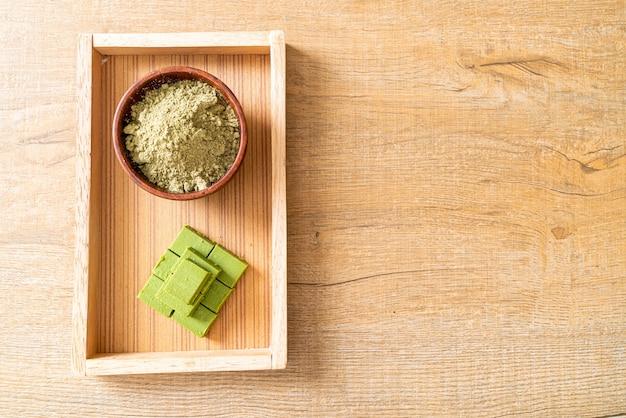 Chocolate de té verde matcha fresco y suave con polvo de té verde matcha