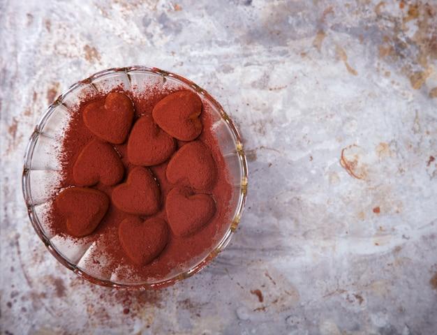 Chocolates en forma de corazón. símbolo concepto vacaciones valentine day. tarjeta de felicitación, regalo.