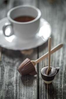 Chocolates con taza de té
