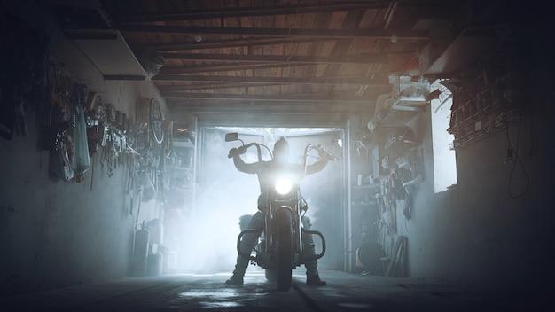 Chopper de faros en el garaje de moteros