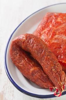 Chorizo ahumado con carne en el plato