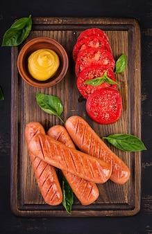 Chorizo a la plancha con tomate y albahaca