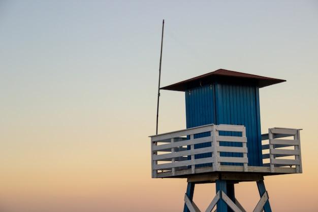 Choza de vigilancia en la playa