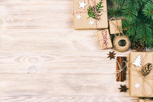 Chrastmas bachground con decoraciones y regalos hechos a mano sobre fondo blanco, vista superior, espacio de copia.