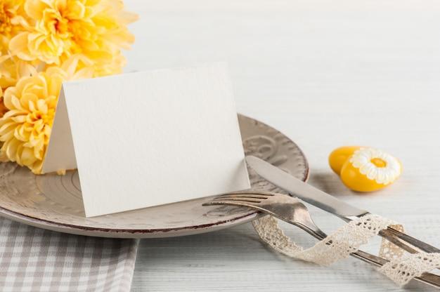Chrisanthemum flores en un plato sobre una mesa de madera