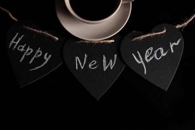 Chucherías de plata de oro del deco de la navidad hermosa en fondo del negro oscuro.