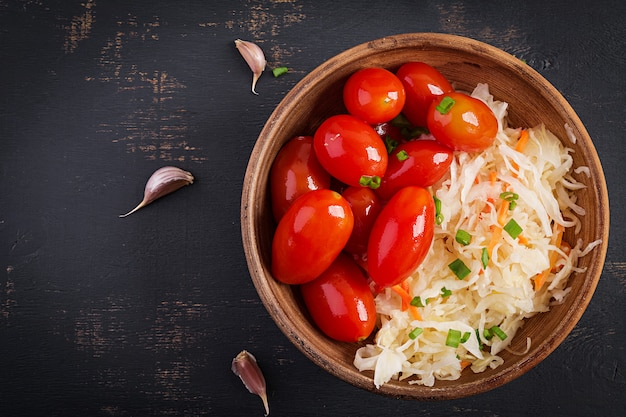 Chucrut marinado con tomate en escabeche y cebolla.