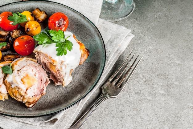 Chuleta de carne casera cordon bleu fondo de piedra gris