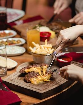 Chuleta de carne con queso
