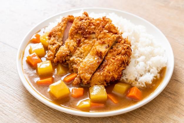 Chuleta de cerdo frita crujiente con curry y arroz