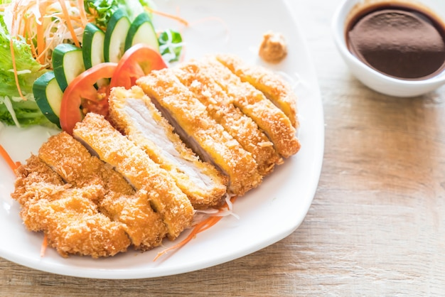 Chuleta de cerdo frita con vegetal