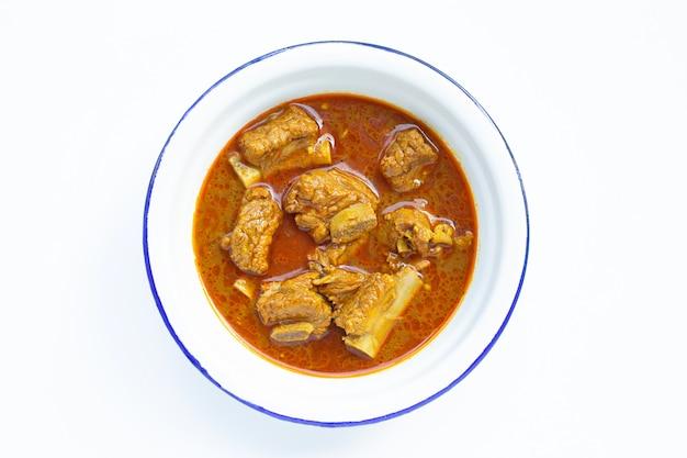 Chuleta de cerdo picante salteada con pasta de chile tailandés del sur en blanco