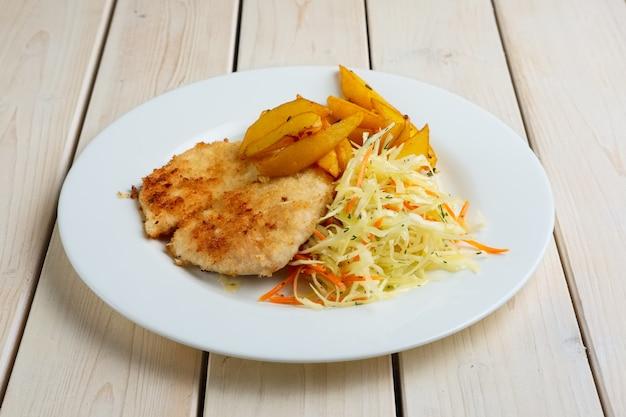 Chuleta de chuleta con patata frita y repollo fresco y zanahoria