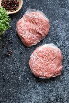 Chuleta cruda carne picada congelada cerdo ternera cordero pollo en una bolsa de plástico almacenamiento a largo plazo