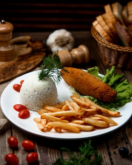 Chuleta de pollo con arroz y papas fritas