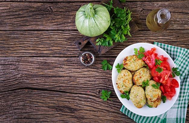 Chuleta de pollo con ensalada de calabacín y tomate