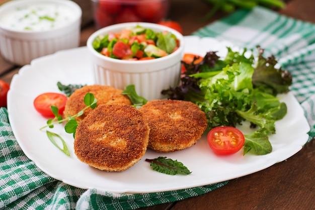 Chuleta de pollo pequeña con verduras en un plato